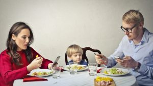 padres distraídos y sus consecuencias en los niños